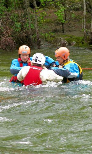 SRT kursdeltagere jobber sammen i elva.