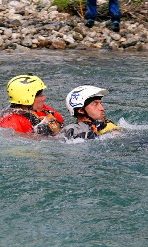 Svømmeteknikker i elv for WRT-PRO deltagere.